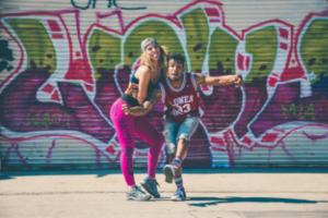 chico-y-chica-bailando-street