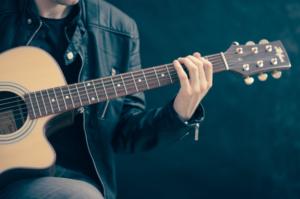tocar-guitarra-acustica